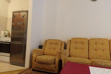 Nagy teraszra néző 2 szobás lakás - hatalmas ablakok, jól szigetelt falak, elektromos tűzhely, gáz (cirkó) fűtés - új építésű házban eladó az egyetemekhez közel (VIII. kerület, Óbudai Egyetem - Bánki Donát Gépész és Biztonságtechnikai Mérnöki Kar, Nemzeti Közszolgálati Egyetem - Rendészettudományi Kar, Óbudai Egyetem - Kandó Kálmán Villamosmérnöki Kar, Semmelweis Egyetem, Eötvös Loránd Tudományegyetem, Pázmány Péter Katolikus Egyetem Információs Technológiai Kar). Amerikai konyhás nappali + hálószoba + fürdőszoba. Tájolása déli, melynek köszönhetően nagyon világos, a nagy terasz eleve élmény a belvárosban. A nappaliból és a hálóból is nyílik ajtó a teraszra. A lakás állapota kimondottan jó, egy tisztasági festésen túl nem szükséges felújításba fogni, költözhető. A tégla- és hőszigetelt falaknak, valamint az emeleti elhelyezkedésnek köszönhetően a lakás alacsony rezsivel fenntartható. Az ingatlan tehermentes. Az utca parkolódíjas övezetbe tartozik, parkolóhely a teremgarázsban megvásárolható. Kellemes, világos lakás, csendes ház, kiváló közlekedés. Gyalog 1-2 perc az Óbudai Egyetem, a Mátyás tér, kb. 3 perc a Baross utca, 4-5 perc a Pázmány Péter Egyetem, illetve a Népszínház utca, kb. 10 percre van a körút.  Jöjjön, ritkán van ilyen! Ingatlanközvetítők, kérem, ne keressenek! Köszönöm.