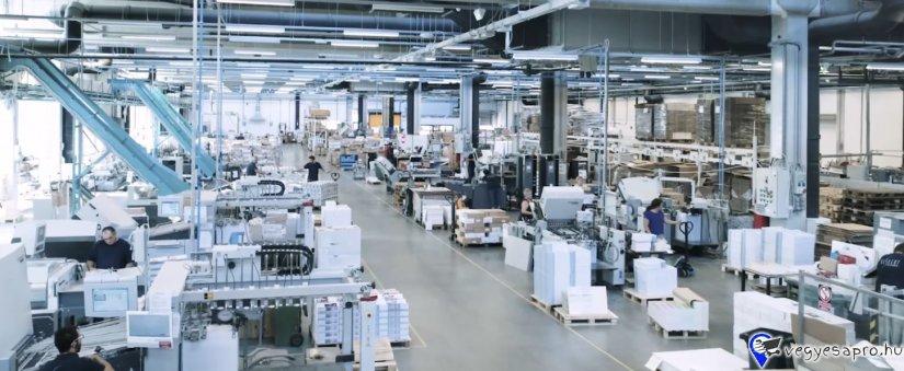 JÓ MŰSZAKI ÉRZÉKKEL RENDELKEZEL? 3 műszakos munkarendet is vállalsz?  Dolgoztál már termelésben?   JELENTKEZZ BÁTRAN! hr@keskeny.hu  GÉPKEZELŐ-GÉPBEÁLLÍTÓ MUNKATÁRSAKAT KERESÜNK mivel több új gépünk is érkezik ebben az évben. Csomagolóanyag gyártó területünkre keresünk kollégákat, akik hétköznap hétfőtől péntekig dolgoznak több műszakban. Minden munkatársunk 1 gépet kezel, 1 gépért felelős, azt állítja naponta többször, kezeli, figyeli a megfelelő működést és irányítja a hozzá tartozó kisegítő személyzetet (1-3 fő).  Különböző konstrukciójú gépekkel rendelkezünk, kisebb nagyobb, egyszerűbb bonyolult. Az adott jelentkező attól függ milyen tapasztalattal és műszaki érzékkel rendelkezik kerül egy adott gépre ahol 1-3 hónap alatt fog betanulni.   Várjuk jelentkezésed, Budapest, Örshöz közel, Keskeny Nyomda, csomagolóipari terület! hr@keskeny.hu