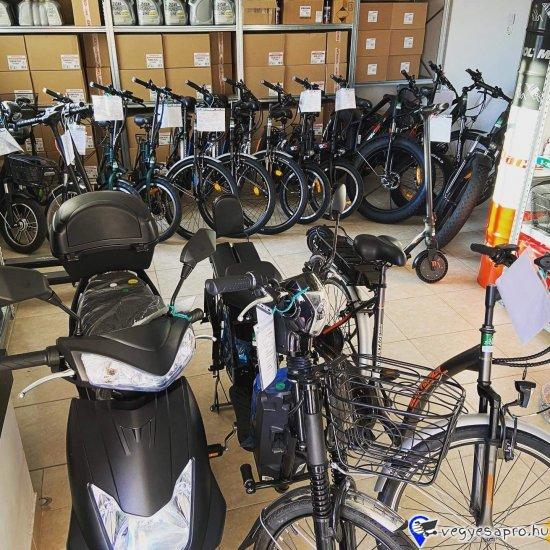 További elektromos járműveinket megtekintheti a z-oil. hu weboldalán.  Bruttó kisker ár: 254 600.- HUF / db Érvényes hirdetett bruttó Akciós ár: 209 900.- HUF / db  ZTECH ZT-06 ELEKTROMOS JÁRMŰ L1eB 25KM/H FEHÉR ÚJ!  AKKU: 48V12Ah ólomsavas akkumulátor, TELJESÍTMÉNY: 480W motor, MEGHAJTÁS: hátsó kerék hajtás, KEREKEK: 2,50-10 (14x2,5) FÉKEK: Első-hátsó dobfékek HATÓTÁV: 30-40 km SÚLY: 69 KG TERHELHETŐSÉG: 130KG TÖLTÉSI IDŐ: 4-6 ÓRA ÁTLÉPÉSI MAGASSÁG: 38CM EGYÉB FELSZERELTSÉG: Első-hátsó dobfékek, Hátsó és oldaltámasz, első műanyag kosár, első led lámpa, hátsó világítás, LCD kijelző, első lengéscsillapító, hátsó rugóval erősített lengéscsillapító  BESOROLÁS: L1eB jogosítvány nélkül, bukósisakkal, biztosításal vezethető  A fenti áron az üzletünkben: összeszerelt, üzembe helyezett állapotban átvehető. Futárszolgálatos postázásra nincs lehetőség. Garanciajegy átvételének igazolása:   A termék a feltüntetett képtől részben eltérhet! A KÉSZLET FRISSÜLÉSÉVEL AZ ÁRVÁLTOZTATÁS JOGÁT FENNTARTJUK!